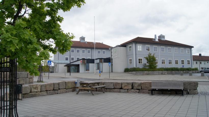 Trøgstad torg, med kommunehuset i bakgrunnen
