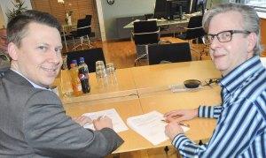 """Banksjef Lars Andre Dingstad-Eriksen og daglig leder i IOSS, Stian M. Eriksen signerer kontrakten for prosjekt """"Digital Senior"""""""